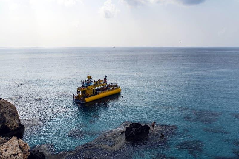 在Ayia Napa停泊的游船在海滩附近 度假胜地在塞浦路斯海岛南部的海岸的远东末端  免版税库存照片