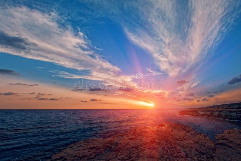 在Ayia Napa海洞的日落在塞浦路斯用蓝色,透明的水 图库摄影
