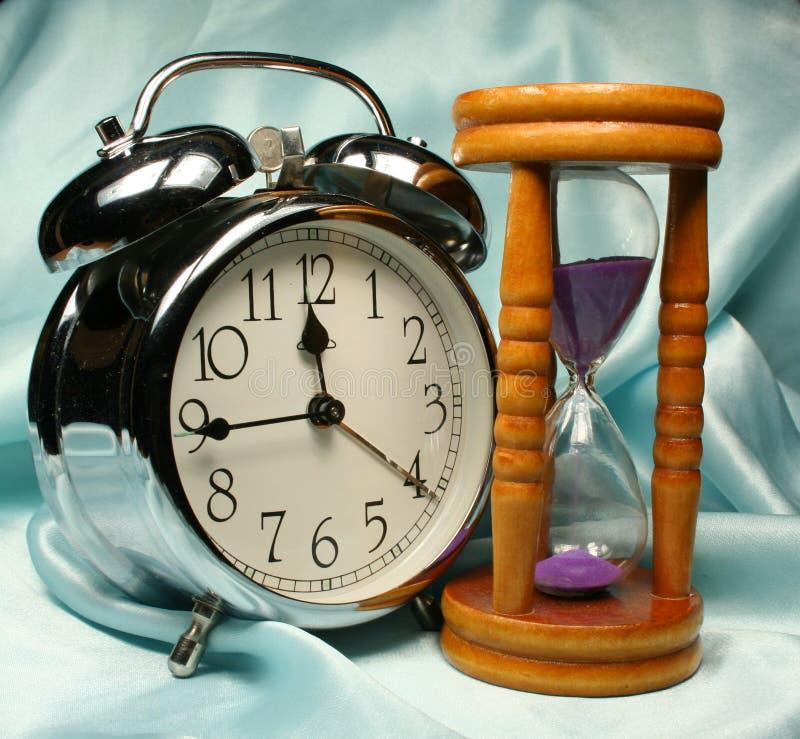在b的闹钟和sandglass 免版税库存照片