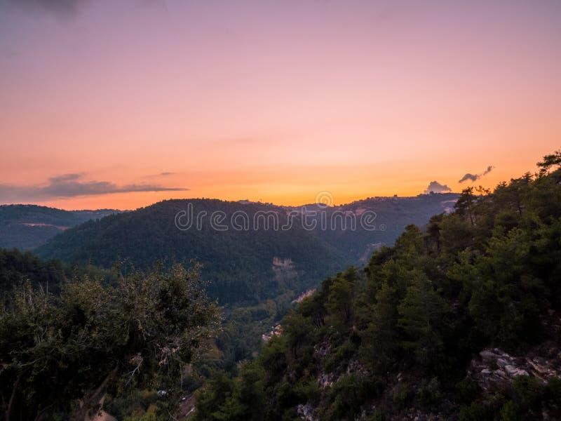 在Baakline,黎巴嫩山的令人惊讶的日落 库存照片