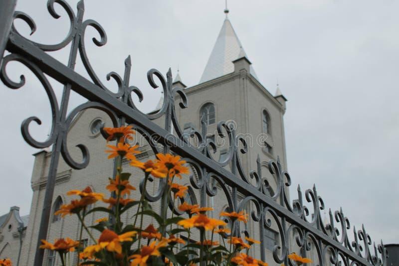 在Babilon ` s教会前面的花 库存图片