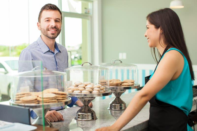 Download 在backery的人买的曲奇饼 库存照片. 图片 包括有 烘烤, 室内, 讲西班牙语的美国人, 购买, 蛋糕 - 59109882