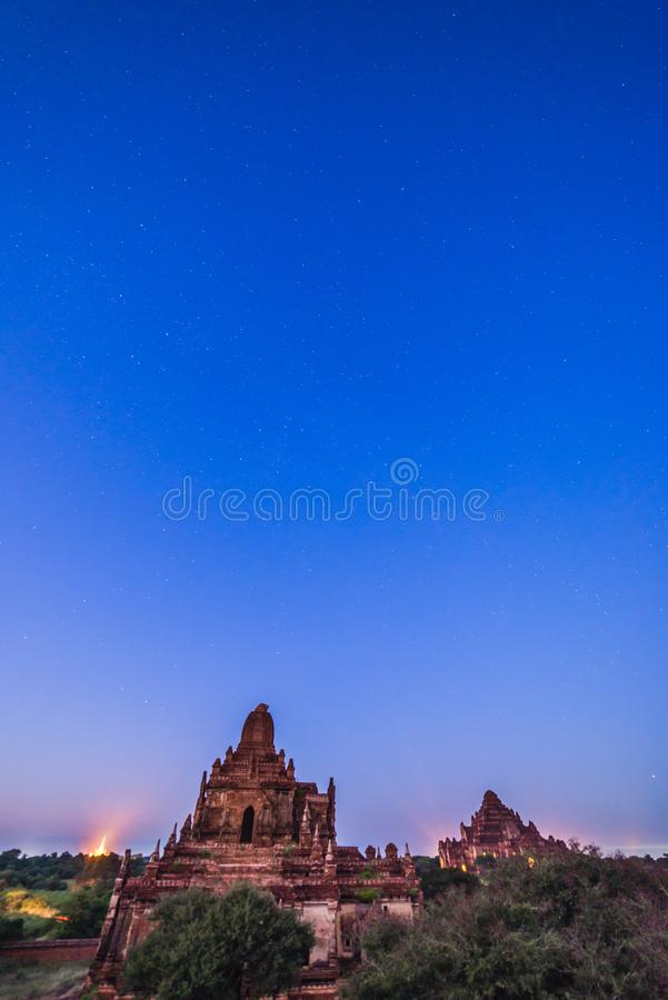 在Bagan历史寺庙区域的满天星斗的天空,缅甸 免版税图库摄影
