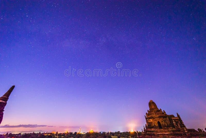 在Bagan历史寺庙区域的满天星斗的天空,缅甸 库存照片