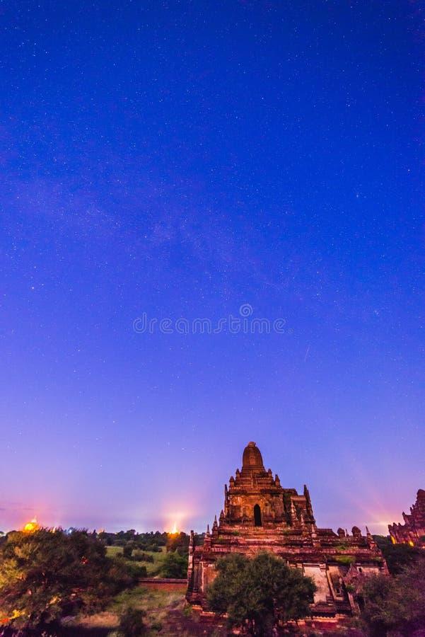 在Bagan历史寺庙区域的满天星斗的天空,缅甸 库存图片