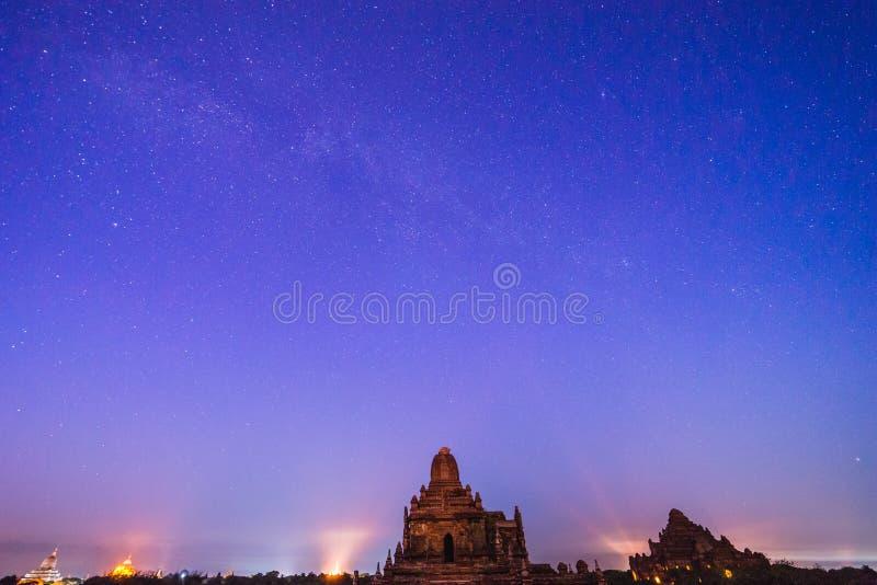 在Bagan历史寺庙区域的满天星斗的天空,缅甸 免版税库存照片