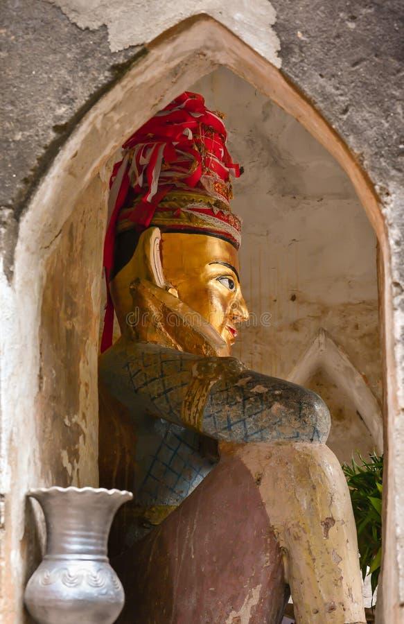 在Bagan市门,缅甸前面的nat雕象 库存照片