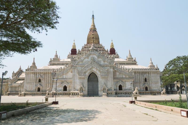 在Bagan平原,缅甸的阿南达寺庙 免版税库存照片