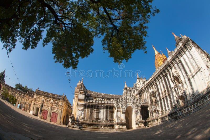 在Bagan平原,缅甸,缅甸的阿南达寺庙 免版税图库摄影