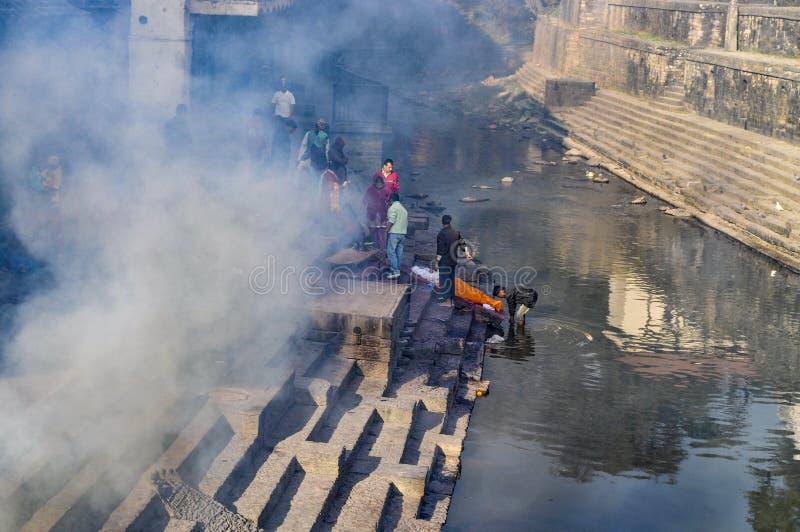 在Bagmati河河岸的印度火葬仪式Pashupa的 免版税库存图片