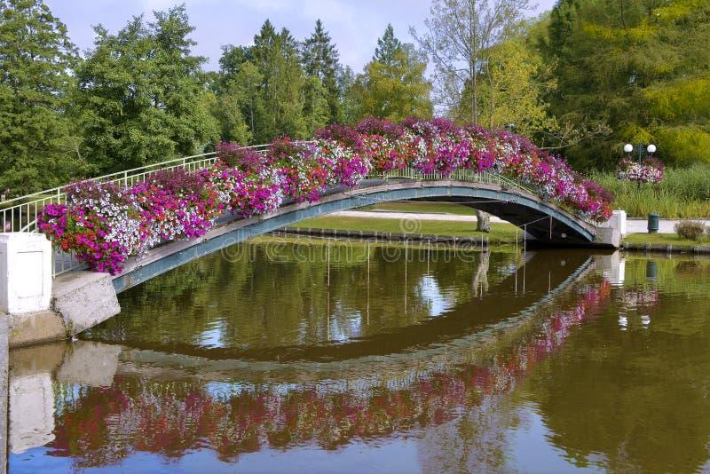 在Bagnoles del& x27的用花装饰的桥梁; 奥恩 免版税图库摄影