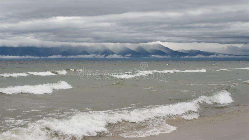 在Baikal湖的紫色和桃红色日出 免版税图库摄影