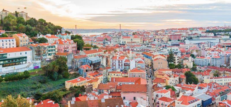 在Baixa和Castelo de Sao豪尔赫,里斯本,葡萄牙的看法 免版税库存照片