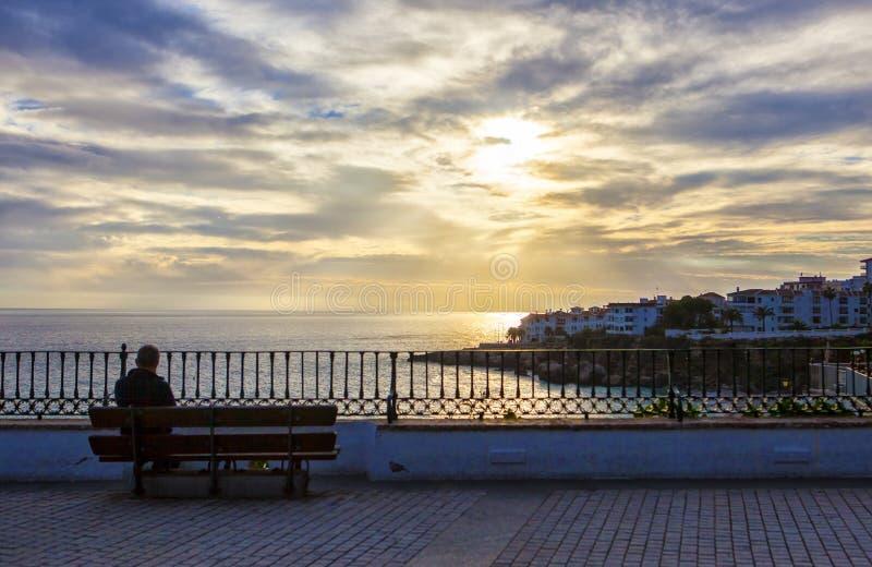 在Balcon de Europa,内尔哈,西班牙供以人员坐 库存图片