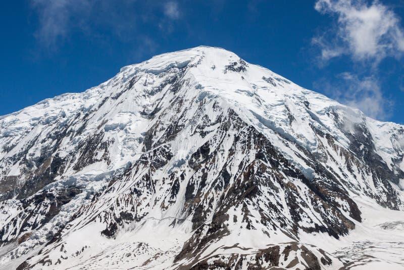 在baldy云彩之上cucamonga反映mt多雪的牧场的形状 Tilicho峰顶在喜马拉雅山,尼泊尔 免版税库存图片