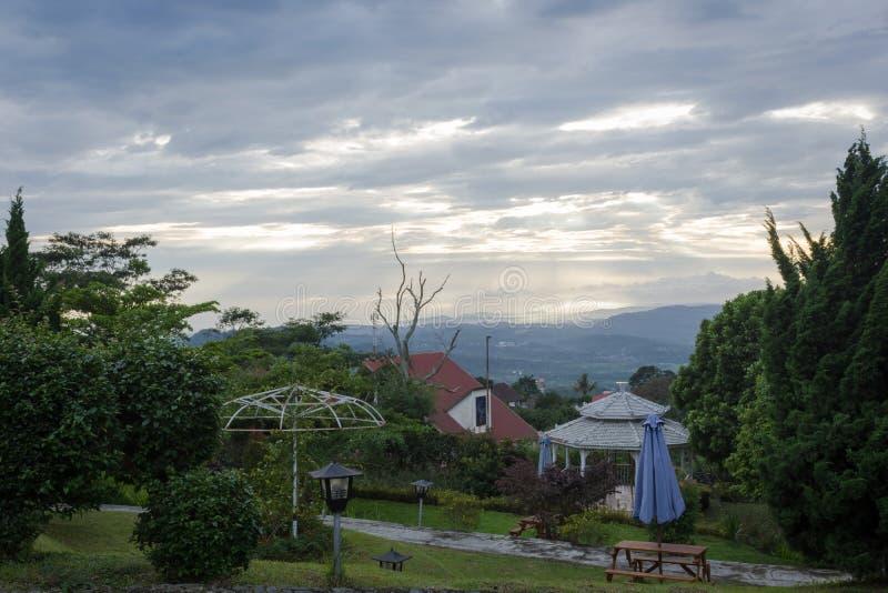 在Bandungan小山旅馆庭院的美好的温暖的在三宝垄的早晨和手段,印度尼西亚 图库摄影