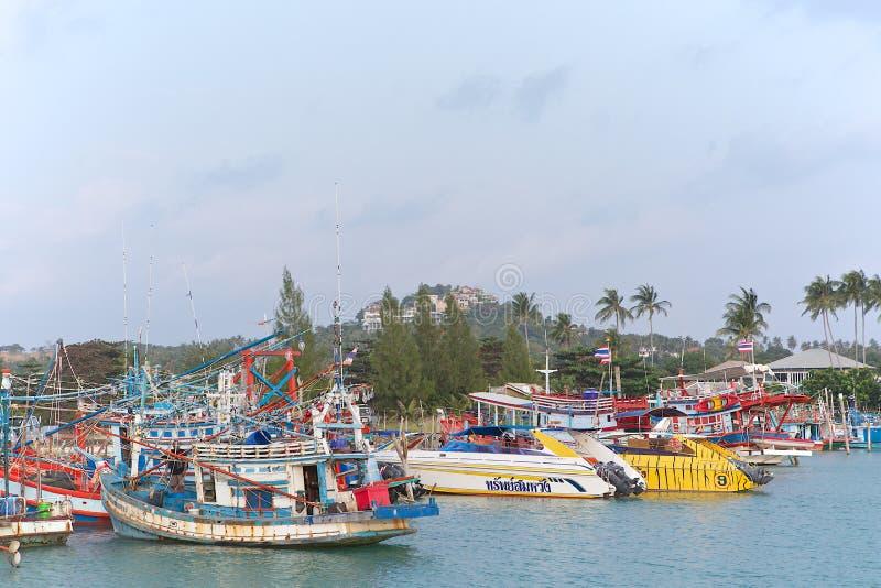 在Bangrak (大菩萨)码头附近的泰国小船 免版税库存照片