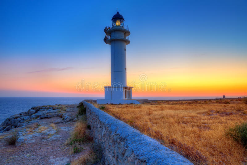 在Barbaria海角灯塔的福门特拉岛日落 免版税库存照片