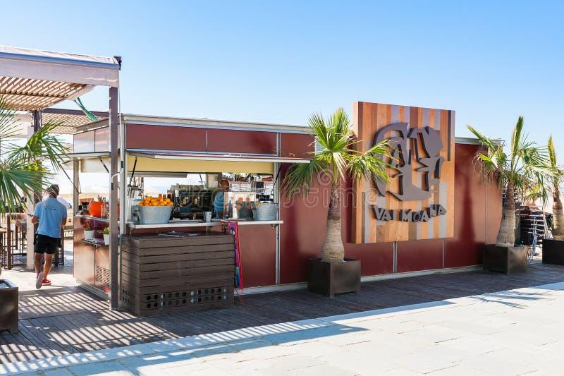 在Barceloneta海滩的小海滩酒吧在巴塞罗那,西班牙 免版税库存照片