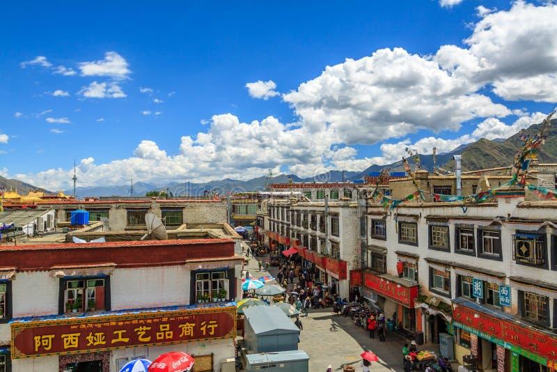在Barkhor街,拉萨,西藏附近的城市生活 免版税库存图片