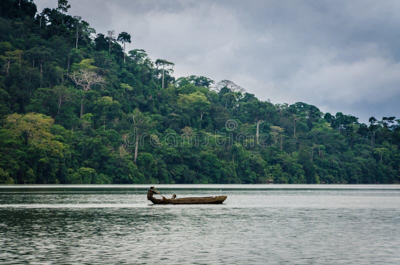 在Barombi Mbo喀麦隆,非洲的火山口湖的简单的木独木舟 免版税库存照片