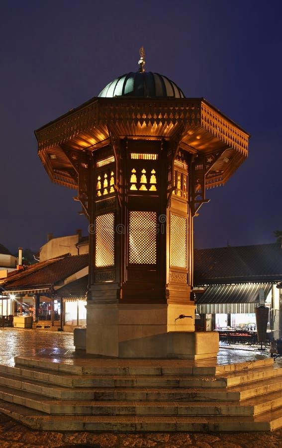 在Bascarsija广场的Sebilj喷泉在萨拉热窝 达成协议波斯尼亚夹子色的greyed黑塞哥维那包括专业的区区映射路径替补被遮蔽的状态周围的领土对都市植被 库存图片