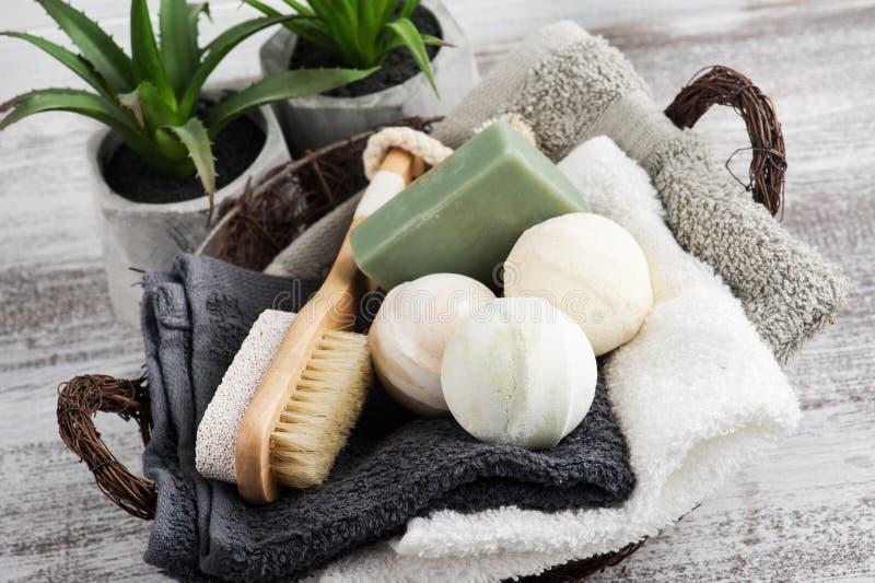 在bascket的被折叠的毛巾用浴炸弹 库存图片