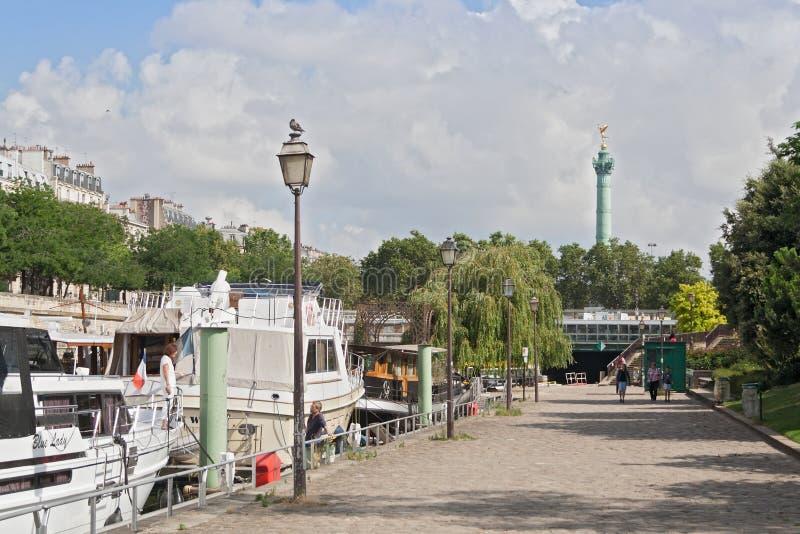 在Bassin de在地方de la Bastille西部的l Arsenal的小船 免版税库存照片