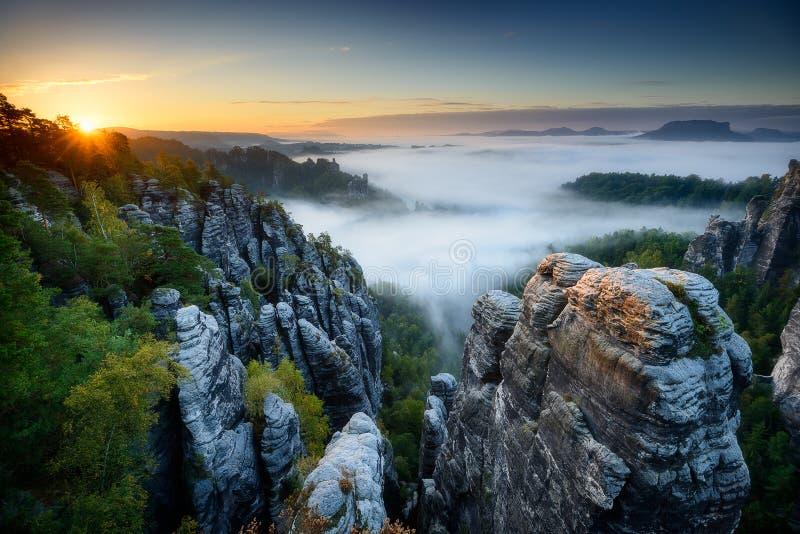 在Bastei,撒克逊人的瑞士,德国的有雾的日出 库存照片