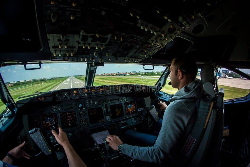 在BBU INTL机场的波音737-800 NG短的决赛 免版税库存照片