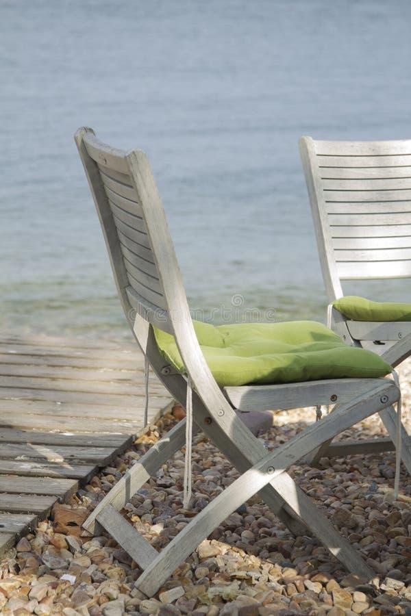 download 在bea h的两把木白色椅子 库存照片.