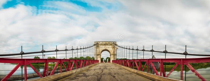 在Beauregard和Villefranche,博若莱红葡萄酒,法国之间的桥梁 免版税库存图片