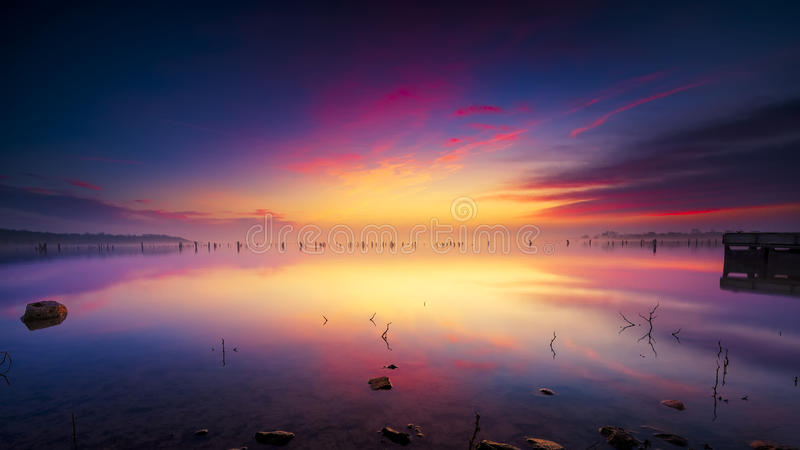 在Benbrook湖的有薄雾的日出 免版税图库摄影