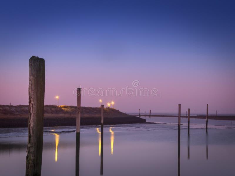 在Bensersiel小游艇船坞的晚上大气  免版税图库摄影