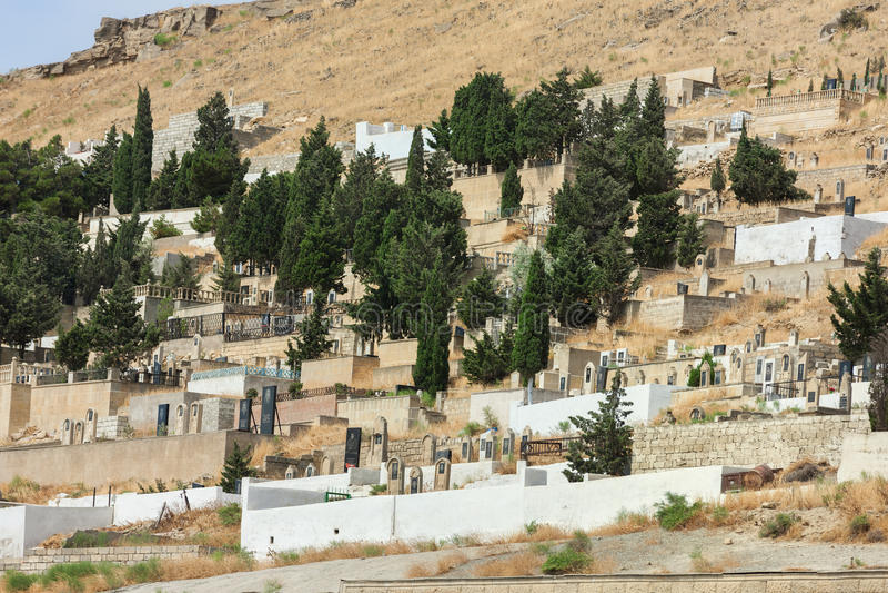 在Bibheybat Mescidi前面的老阿塞拜疆公墓在Shikh村庄山的巴库附近  库存图片