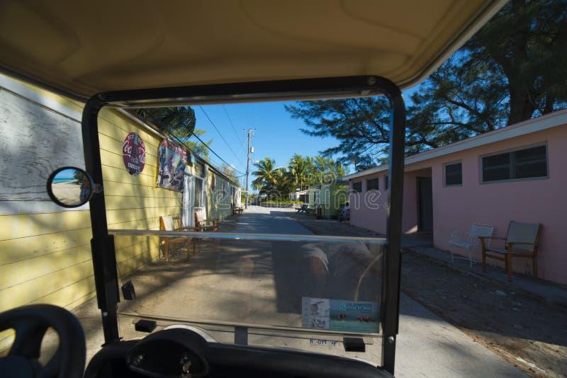 在Bimini海岛上的后面路从海湾推车的 库存照片