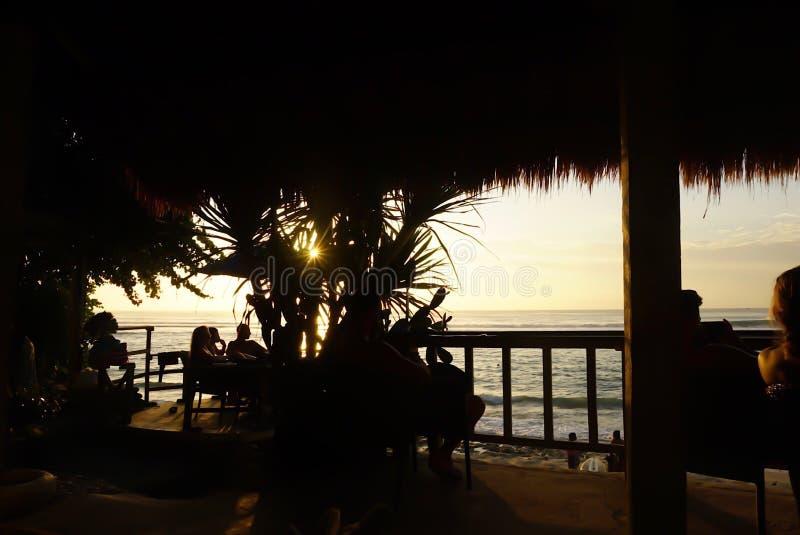在Bingin海滩, Uluwatu,巴厘岛的日落 免版税库存图片
