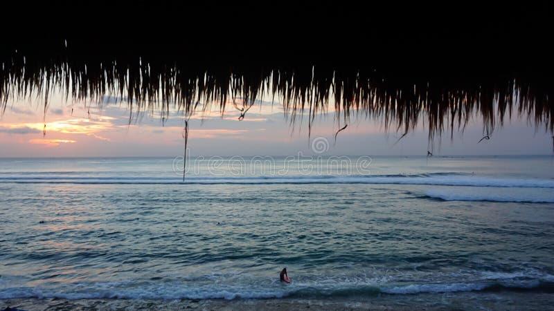 在Bingin海滩, Uluwatu,巴厘岛的海浪 库存图片