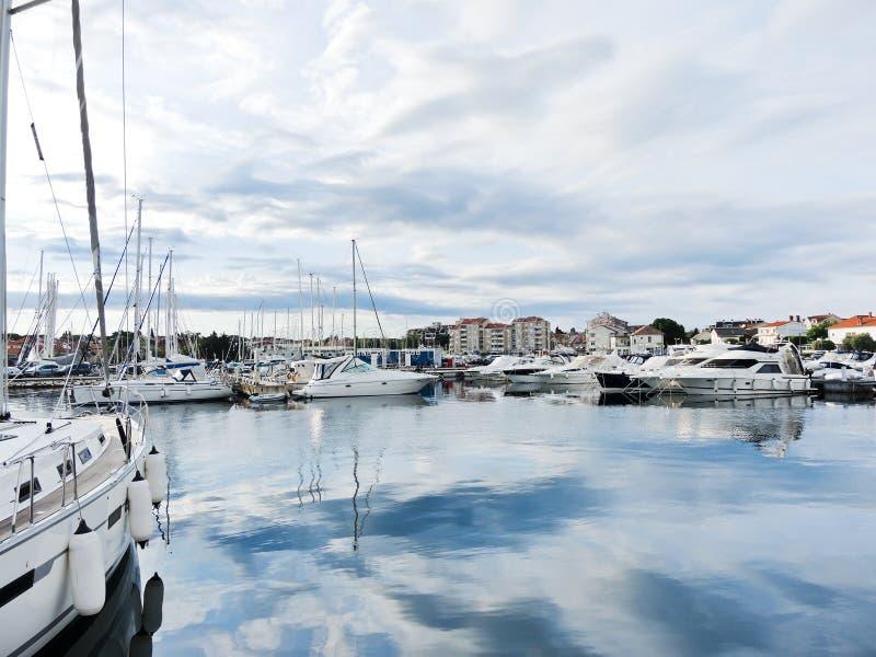 在Biograd na Moru镇,克罗地亚乘快艇停泊 库存图片