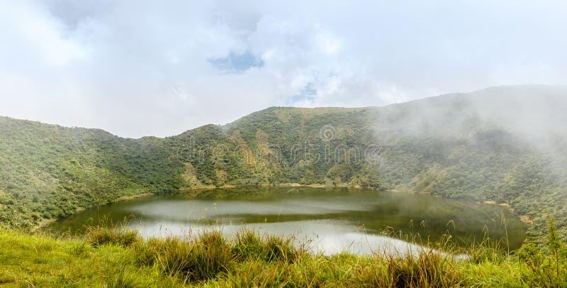 在Bisoke火山火山口, Virunga火山国家公园里面的湖 库存照片