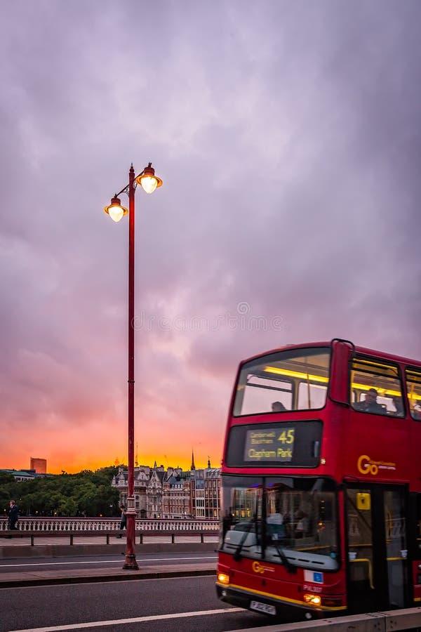在Blackfriars桥梁的伦敦公共汽车 库存图片