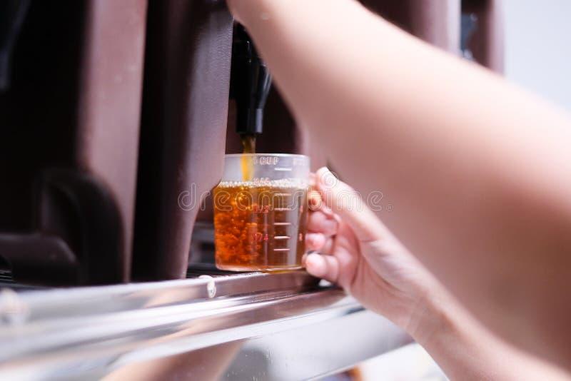 在boba咖啡馆的茶分配器 免版税库存图片
