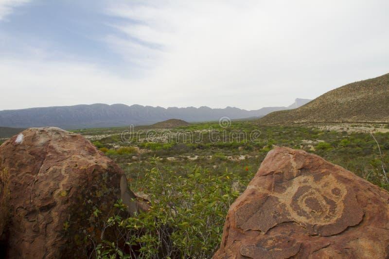 在Boca de Potrerillos, Nuevo Leà ³ n, México的刻在岩石上的文字 免版税库存照片