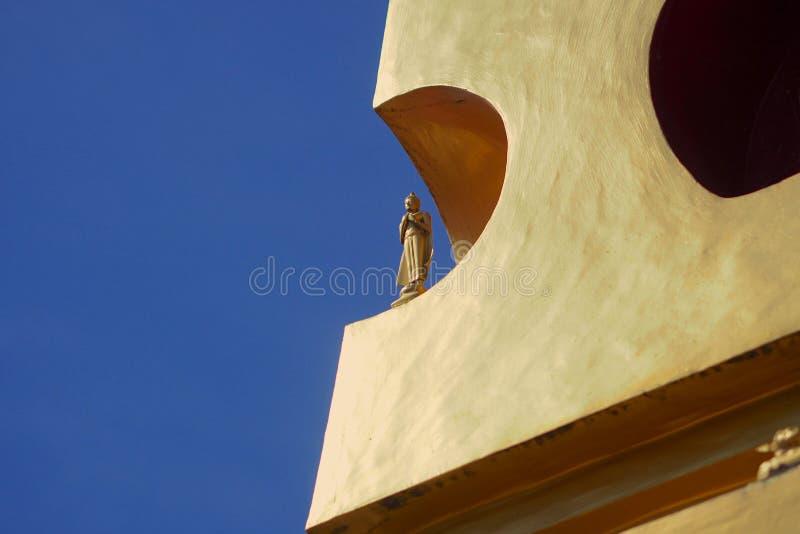 在Bodhgaya边的金黄stupa冥想雕象  移交乳房 库存照片