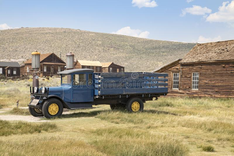 在Bodie鬼城的老卡车 免版税图库摄影
