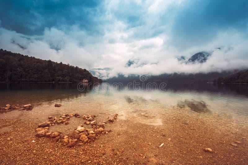 在Bohinj湖的喜怒无常的天空 免版税图库摄影