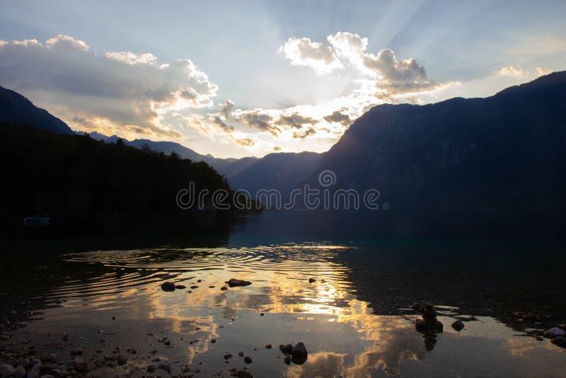 在Bohinj湖,朱利安阿尔卑斯山,斯洛文尼亚上的日落天空 库存照片