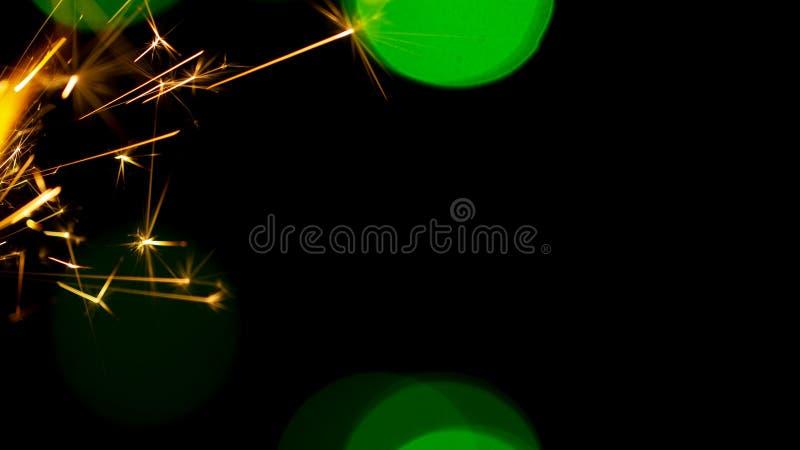 在bokeh背景的燃烧的闪烁发光物从诗歌选光  图库摄影