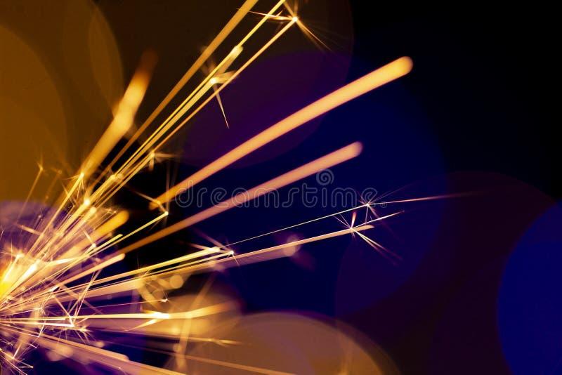 在bokeh背景的燃烧的闪烁发光物从诗歌选光  库存图片