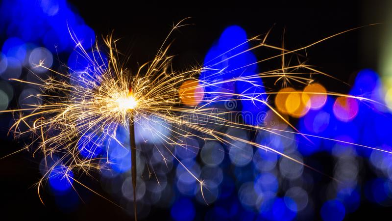 在bokeh背景的燃烧的闪烁发光物从诗歌选光  免版税库存图片